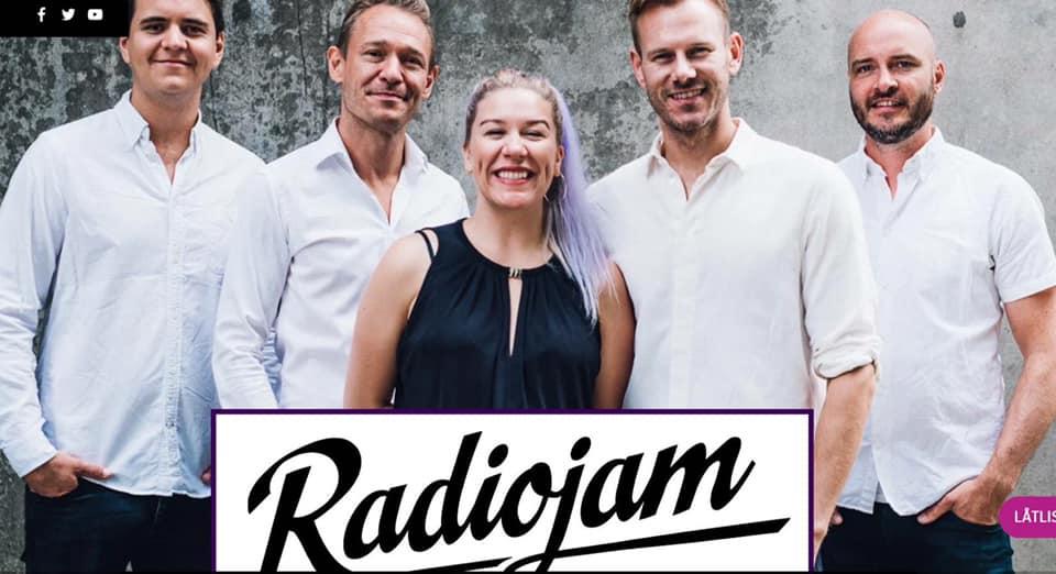 Få opp stemningen på julebordet med Radiojam